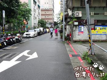 右折したら道路の右側を直進(永康牛肉麺へ)